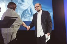 Magdalena Środa (Jury) i Piotr Graczyk (laureat konkursu)