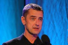 Krzysztof Środa (członek Jury) wygłasza recenzję eseju Szymona Wróbla